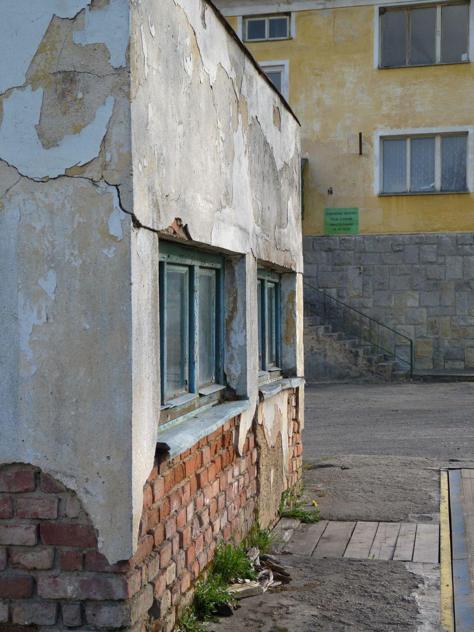 Ein Häuschen vor einer alten Fabrik in Bezdružice © David Ehl