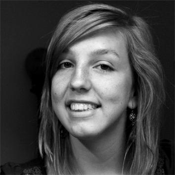 """Anna Sommerer (27) lebt in Bonn. Im Rahmen ihrer Bachelorarbeit unter dem Titel """"Gestaltungsmaßnahmen im Kontext Prokratination"""" designte sie 2011 das Set """"Pro"""". (Foto: privat)"""